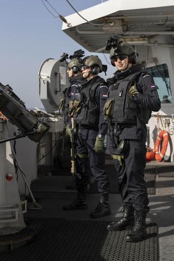 Zr.Ms. De Ruyter komt voor het eerst in aanraking met marine van Iraanse Garde