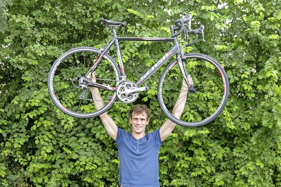 Dolblij is Chris van Baar, dat zijn gestolen fiets terug is.