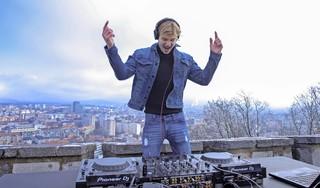 DJ Joey bestormt wereldpodium vanuit Slovenië. Grootebroeker begon bij Inventas en zet nu liveset neer in toeristisch hart van de Balkan [video]