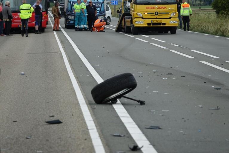 Camper belandt op de zijkant bij ongeluk op de N247 in Katwoude