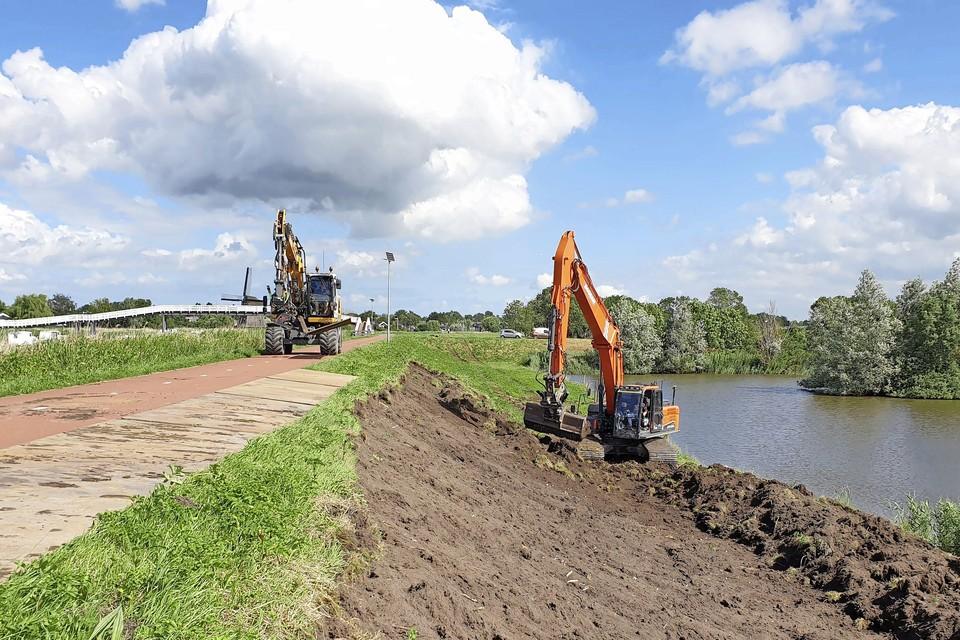 De laatste werkzaamheden aan de Schermerdijk zijn begonnen. In zo'n vier jaar is elf kilometer aangepakt.