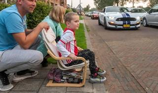 Ernstig zieke Timo (6) ziet meer dan zeventig prachtige auto's door zijn straat in Zuidoostbeemster rijden; moeder Floor: 'Dat het zo zou uitpakken, hadden we nooit verwacht' [video]