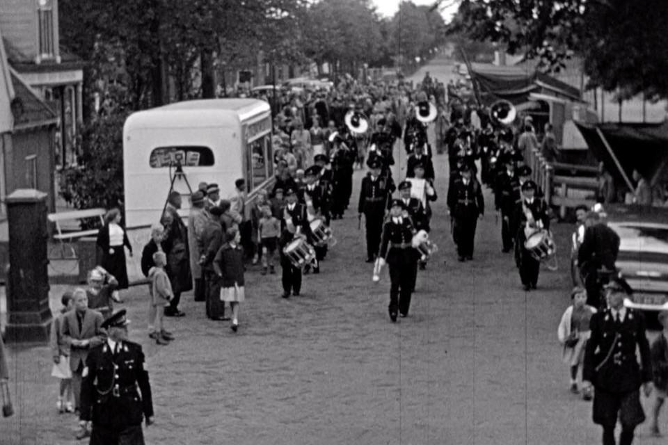 De fanfare zet zijn beste beentje voor tijdens de Beemster Feestweek van 1956.