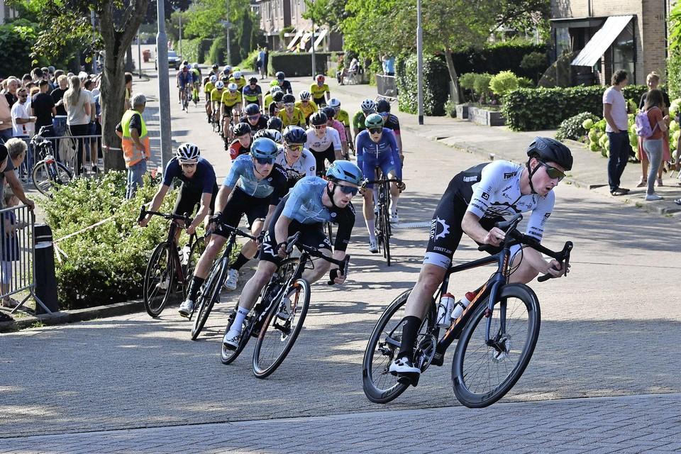 Rick van Breda op kop van het peloton, met in zijn wiel Yoeri Havik. Langs het parkoers in Sint Pancras stond veel publiek.