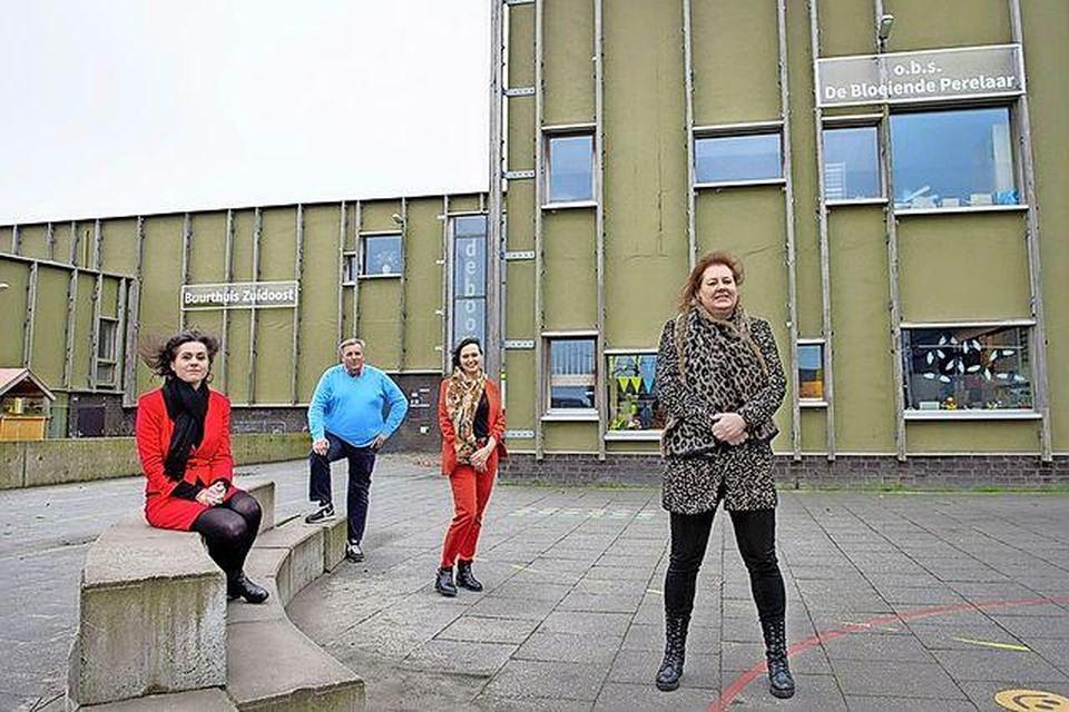 Bestuurders van De Bloeiende Perelaar, buurthuis, Forte Kinderopvang en CPOW bij het multifunctionele centrum in Zuidoostbeemster.