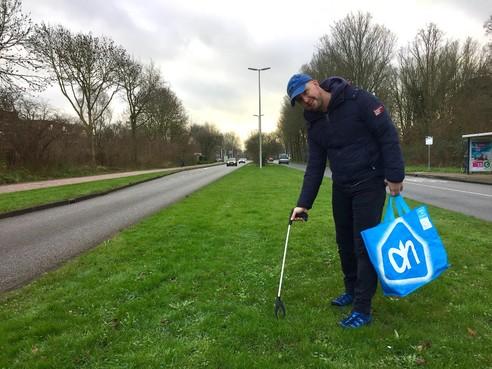 Onderweg: Alkmaarder Ed Slatman (45) ruimt graag 'andermans troep' op