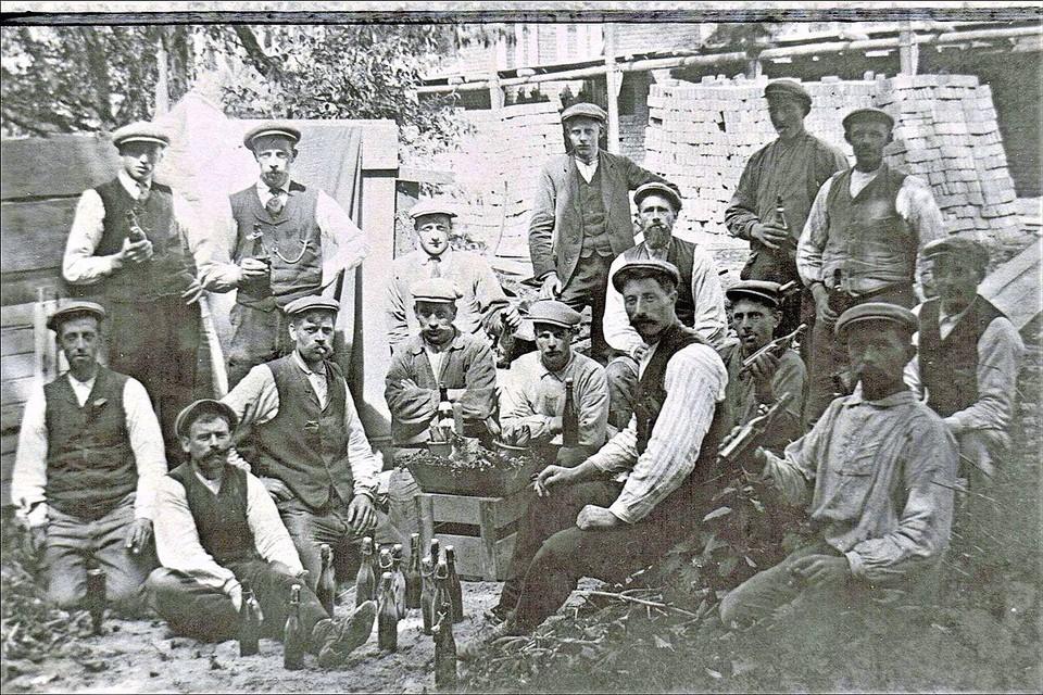 1911, pauze tijdens bouw stokkenfabriek.