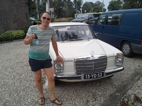 Alkmaarder Edwin Reijmers (52) is witheet na diefstal van antiekwitte oldtimer: verdwijning van Mercedes uit 1974 'hakt er in als wervelwind' [video]