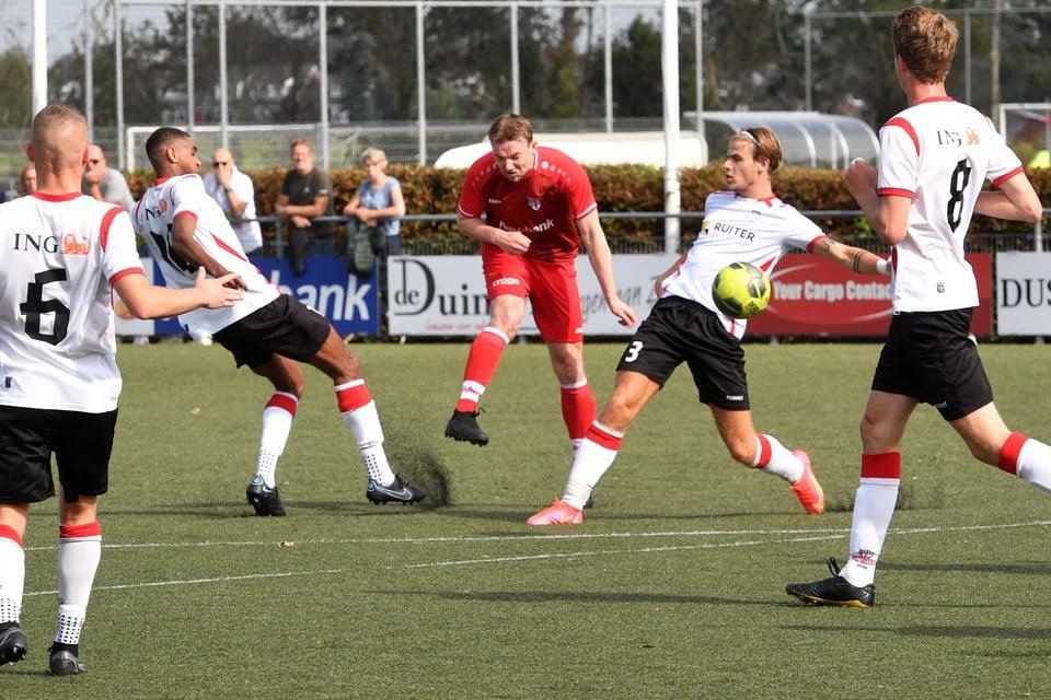 Stijn Vrasdonk haalt uit en zet Bergen op een 1-0 voorsprong tegen Alcmaria Victrix.