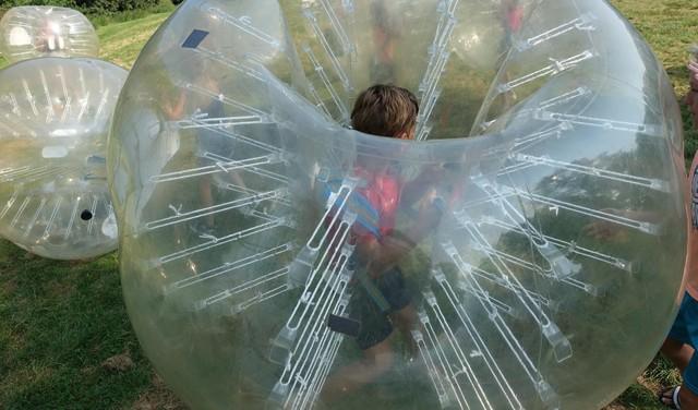Lutjebroekertjes die elkaar omver kegelen in opblaasballen: joelend pandemonium bij de vakantiespelen