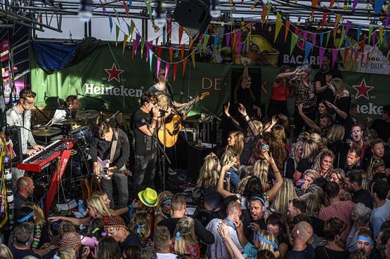 Iedereen draagt zijn muzikale steentje bij op de kermis in Volendam: de 3JS natuurlijk en, vooruit, ook Jan Smit [video]