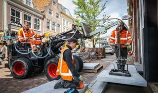 Millimeterwerk bij het leggen van 43 hardstenen stoepen die het verleden laten herleven in Hoornse binnenstad [video]