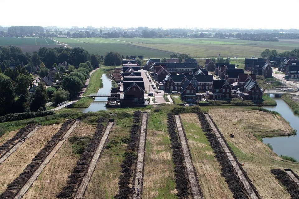 Met uitzicht op de eerste huizen van de wijk Waterweide op de achtergrond.
