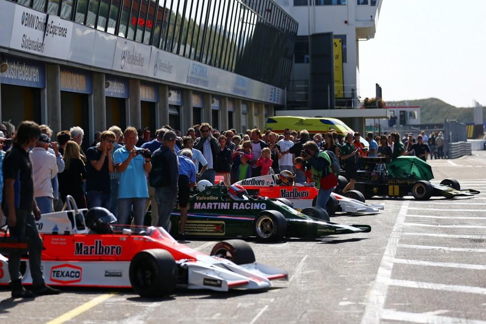 Kijken in de pits bij de Historic Grand Prix. Foto Circuitpark Zandvoort