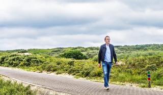 Op jacht naar een parnassia stuiten we in Bloemendaal op een enorme hazelworm die voor onze voeten kronkelt; wandeling met schrijver Martin Hendriksma   Serie