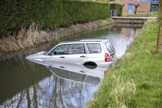 Auto te water in Uitgeest