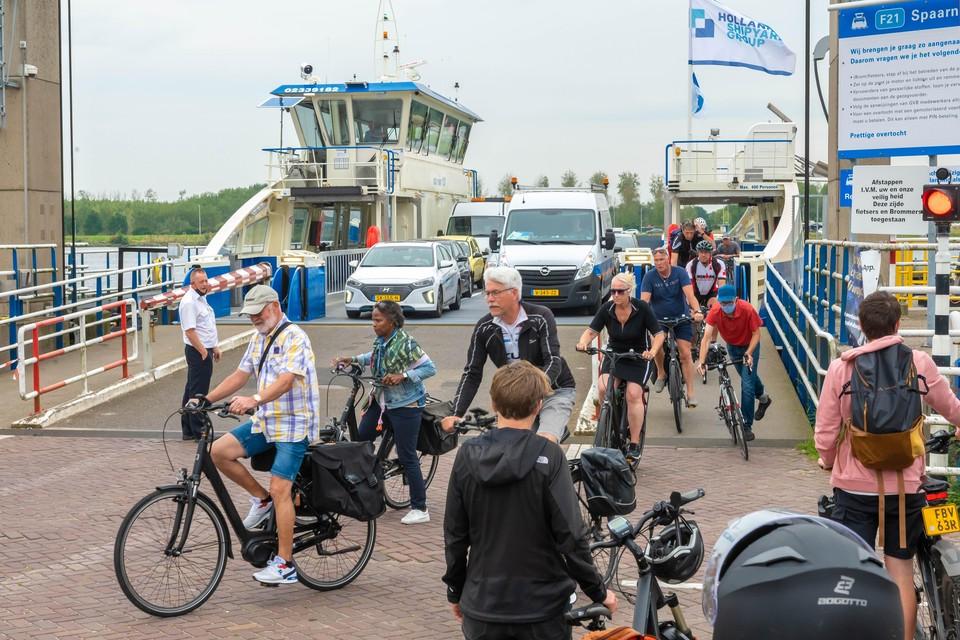 Eerste testdag veerpont NZK 101 met passagiers. En die hebben haast om van de pont te komen.