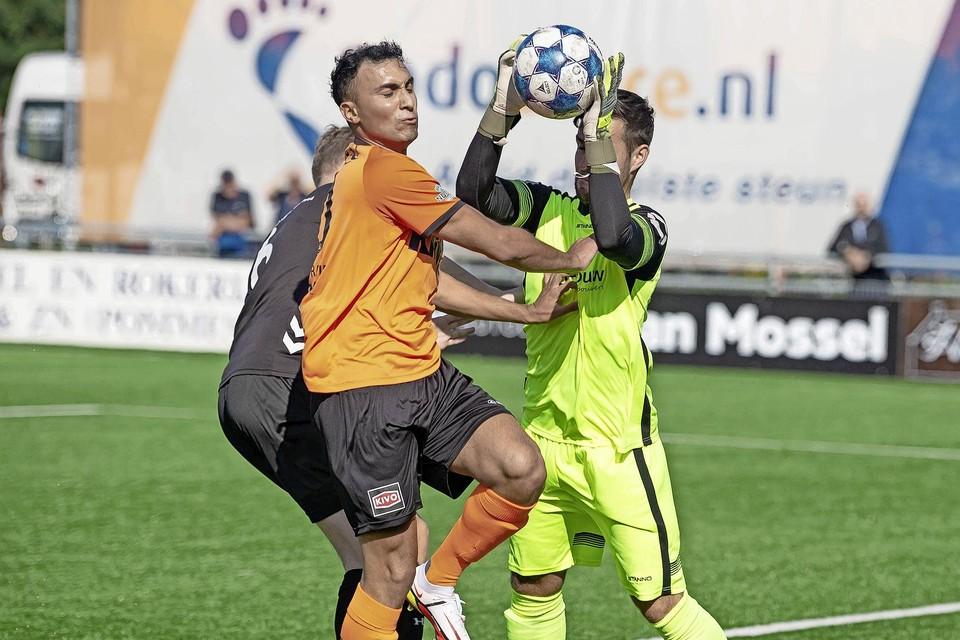 Daan Ibrahim wordt afgetroefd door de doelman van HZVV.