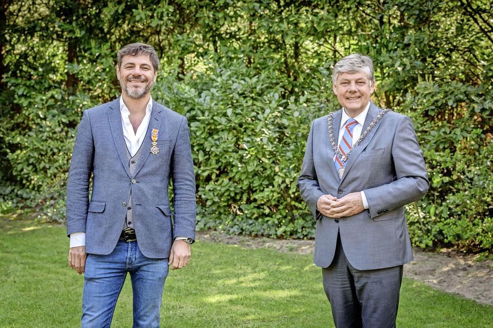 Maarten de Gruyter (l) en burgemeester Elbert Roest van Bloemendaal.