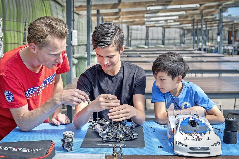 Jilles Groskamp instrueert zijn zoon Valentino (rechts) en Cruz Mendes.