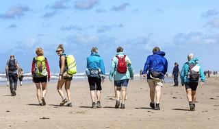 De een-na-laatste dag is de eindbestemming Egmond aan Zee: achthonderd sportievelingen wandelen in totaal 140 kilometer tijdens de Strand6daagse
