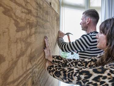 Bakstenen door ruit in Sint Pancras: 'Mafketel weet niet wat hij ons geestelijk aandoet'