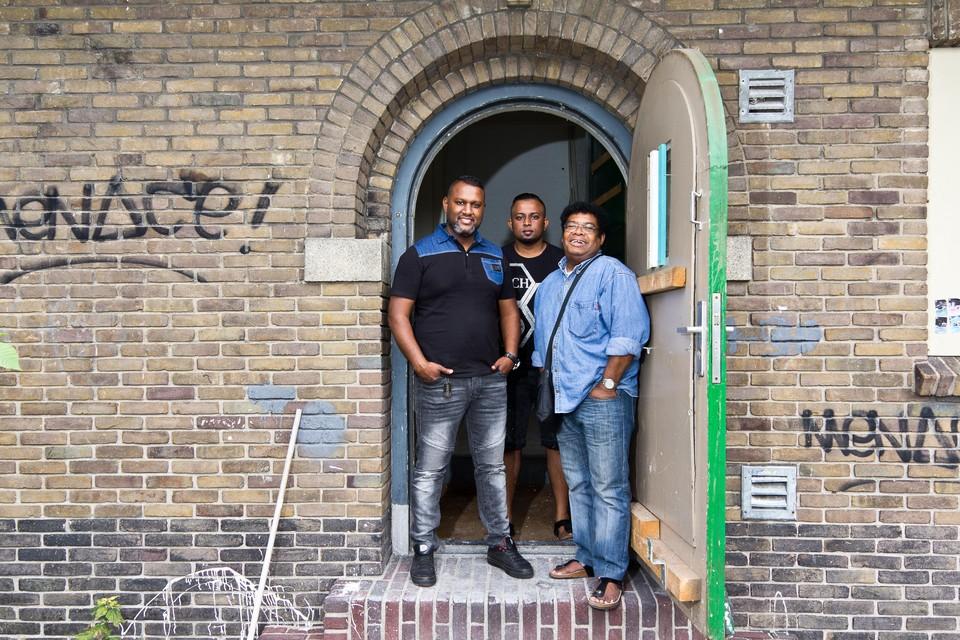Nishall Bhagai, bouwbegeleider Wieshal Bachoe en Cyril Heijns zetten 1 juli de deur open voor bezoekers.