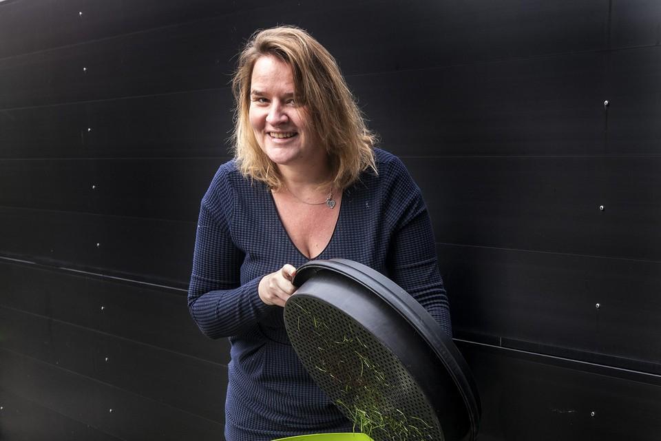 Raadslid Melissa Oosterbroek (GL) met haar wormenhotel en 'slimme' schutting.