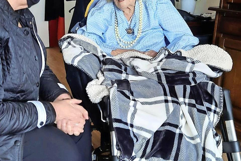 Wethouder Mary van Gent feliciteert Marina van der Es-Siewersma met haar 108e verjaardag.