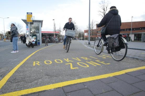 Zelfs het fietspad is rookvrij bij het MBO College Hilversum, dankzij strepen en beveiligers