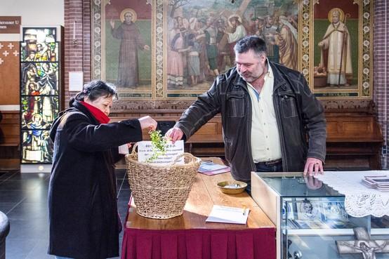 Palmpasentakjes halen in de Zaanse kerken: 'Geen mis, is een gemis'