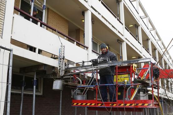 De gevaarlijke balkons van Dudok-flat in Hilversum zijn met carbon weer veilig gemaakt. Hoe hebben ze dat gedaan?