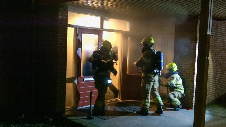 Brandende sterretjes in brievenbus school Heerhugowaard, hal vol rook