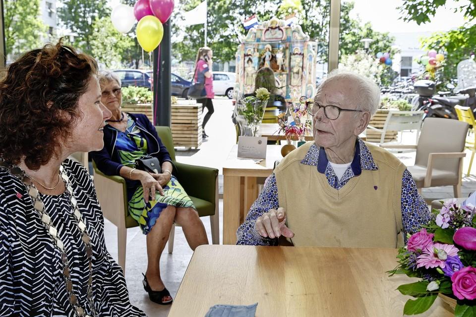 Wethouder Anette Wolthers kwam Gerrit Baas feliciteren met zijn honderdste verjaardag.