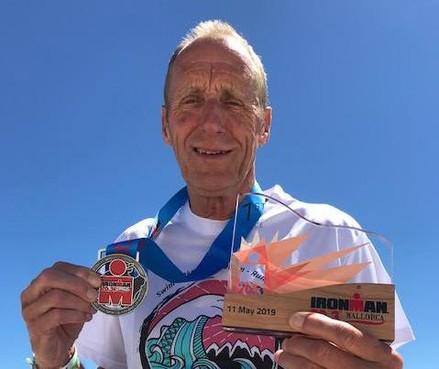 Triatleet (71) uit Huizen blijft scoren en wint halve Ironman van Mallorca