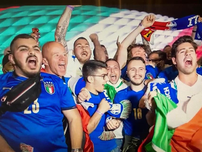 Gino D'Onorio (tweede van links) viert de winst van Italië op België in de kwartfinale.