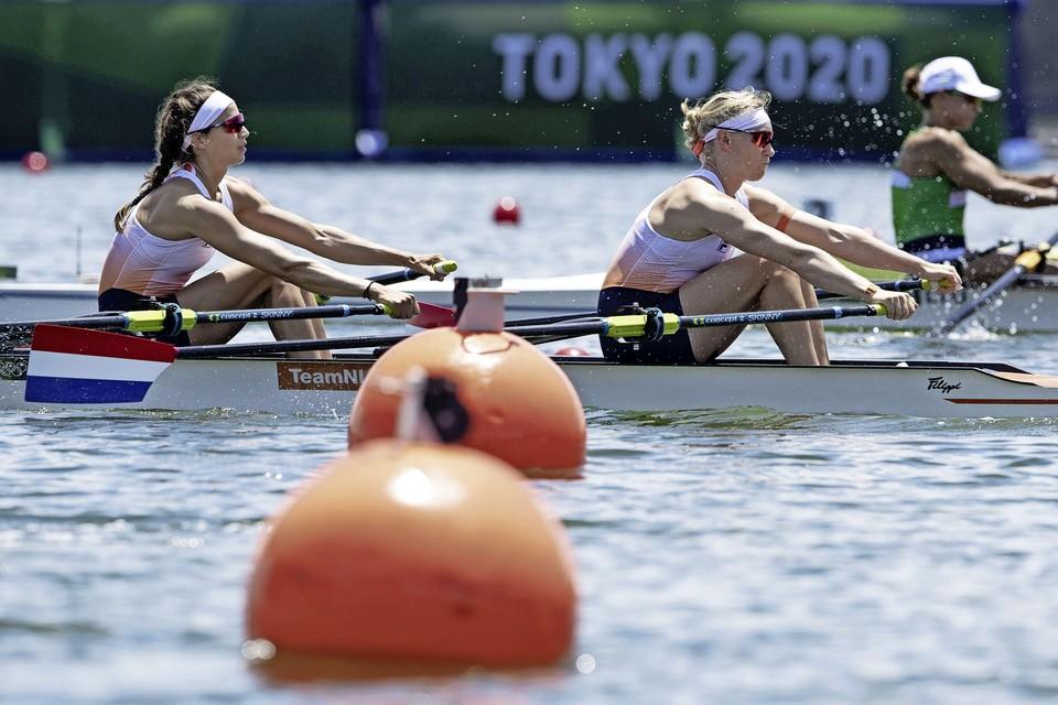 Roos de Jong en Lisa Scheenaard actie in de dubbel twee tijdens hun serie roeien op de Sea Forest Waterway op de Olympische Spelen.