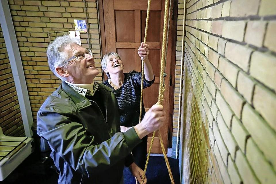 Bij de vorige lockdown zorgden Gerard en Ria Kok in de Laurentiuskerk in Hoogkarspel er ook voor dat regelmatig de kerkklokken als troost werden geluid. Dat gebeurt deze kerst weer op veel plaatsen in de regio.