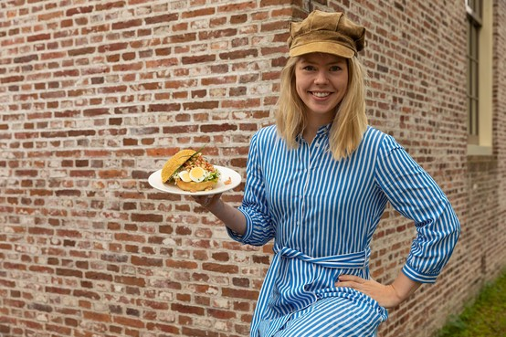 Arnhemse chef-kok Estée Strooker creëert broodje voor Zuiderzeemuseum in Enkhuizen: 'Op dubbele koolhydraten hoefde vissersvrouw Grietje in 1900 nog niet te letten'
