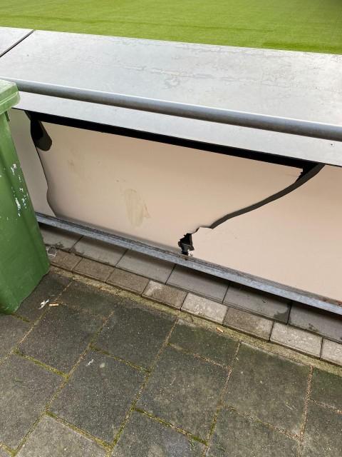 Een door Spakenburgse relschoppers vernield reclamebord langs het hoofdveld van Kozakken Boys.