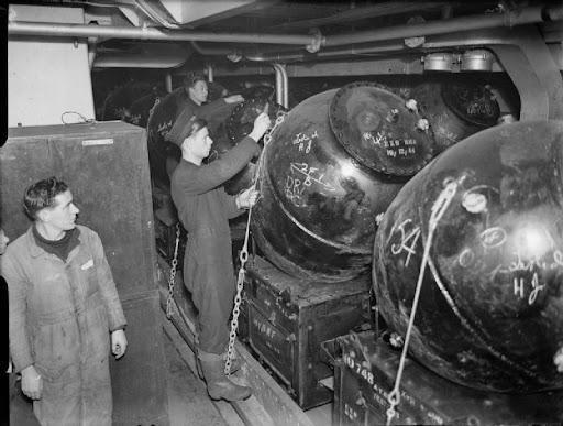 Britse militairen brengen zeemijnen in gereedheid.