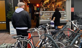 Stoplichten, nummertjes trekken en rijen tot om de hoek: kerstboodschappen zorgen voor topdrukte in Haarlemse winkels [video]