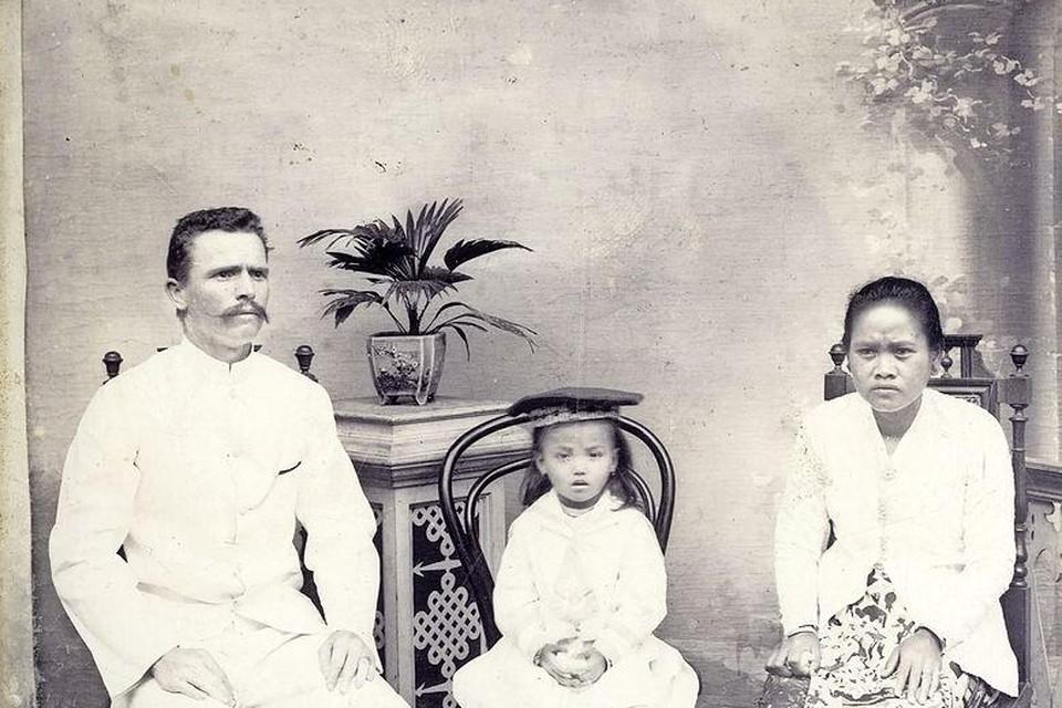 In 1887 poseerde 'de heer Van der Velden' met zijn dochter Johanna en zijn echtgenote of njai in Bandoeng.