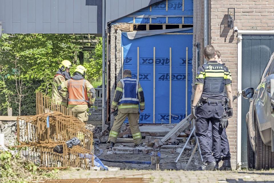 De plek waar het bedrijfsongeval gebeurde. De hulpverleners bekijken de nasleep van het ongeval.