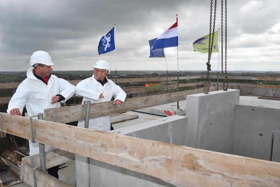 Wethouder Gaatze de Vries (rechts) en directeur Sjoerd Hooftman van Woonopmaat op het hoogste punt van de eerste flat aan de Debora Bakelaan.