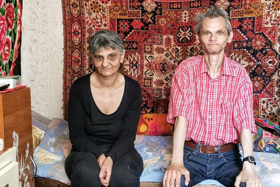 Jozsef en zijn tante Anna, gefotografeerd in juli dit jaar. ,,Je kunt zien dat ze niet altijd te eten hebben.''