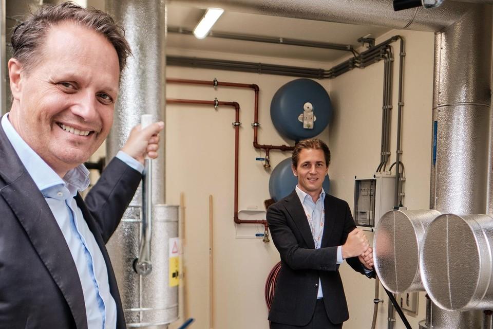 Arjan ten Elshof (HVC) en Jurgen Sernee (Noordwest) zetten de hendel voor warmtetoevoer naar het ziekenhuis om.
