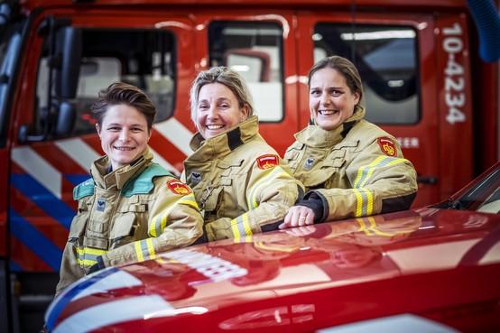 Vrouwen uit Alkmaar, Bergen aan Zee en De Rijp staan hun mannetje bij de regionale brandweer: 'Niet piepen als je nagel scheurt'