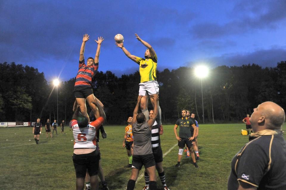 De rugbyers van Zaandijk maken zich op voor de start van de competitie, die komend weekeinde plaats heeft.
