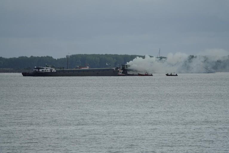 Vrachtschip in brand op Markermeer, vuur onder controle [update]
